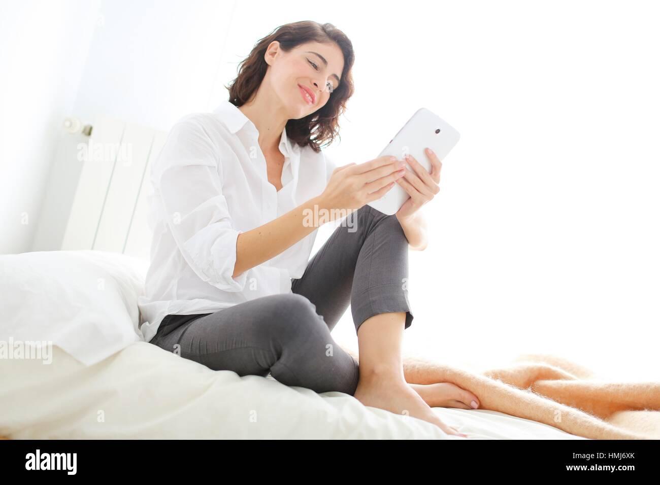 Mujer con tablet pc y sonriente Foto de stock