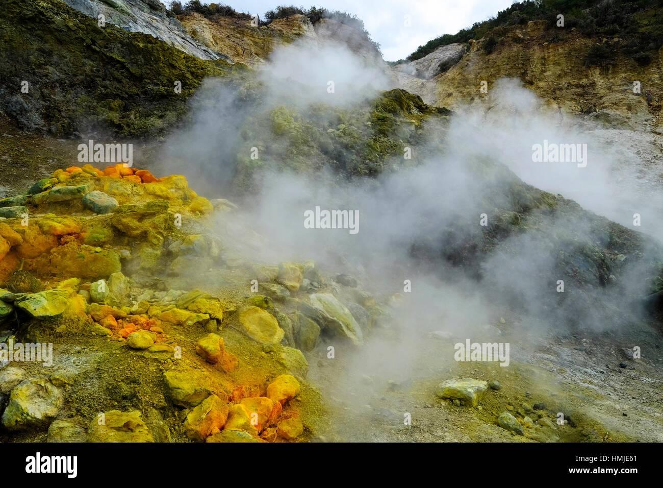 Solfatara, el cráter volcánico con fumarolas activas, Pozzuoli, Nápoles, Campania, Italia, Europa Imagen De Stock