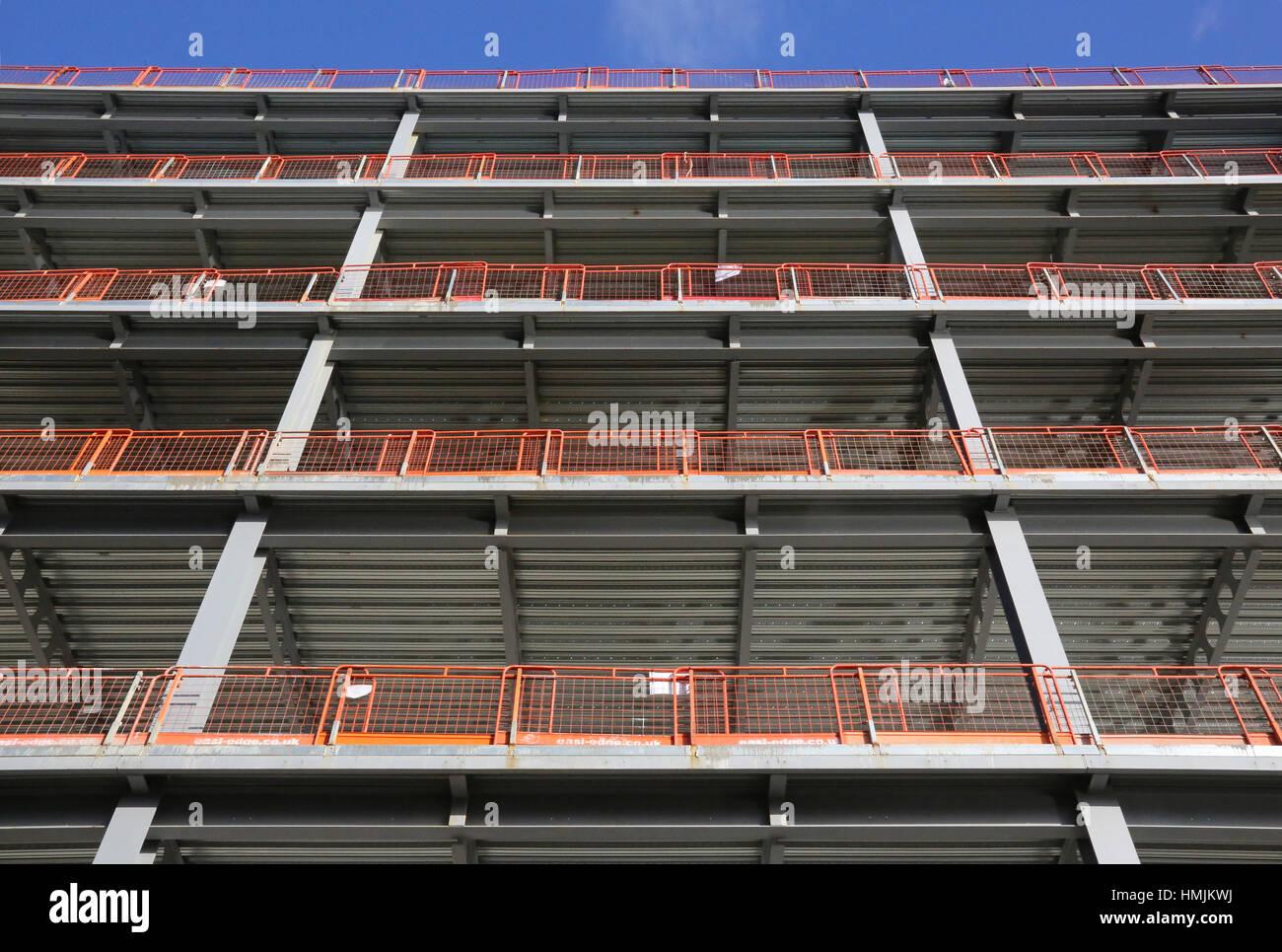 Un edificio de oficinas con marco de acero en construcción en ...
