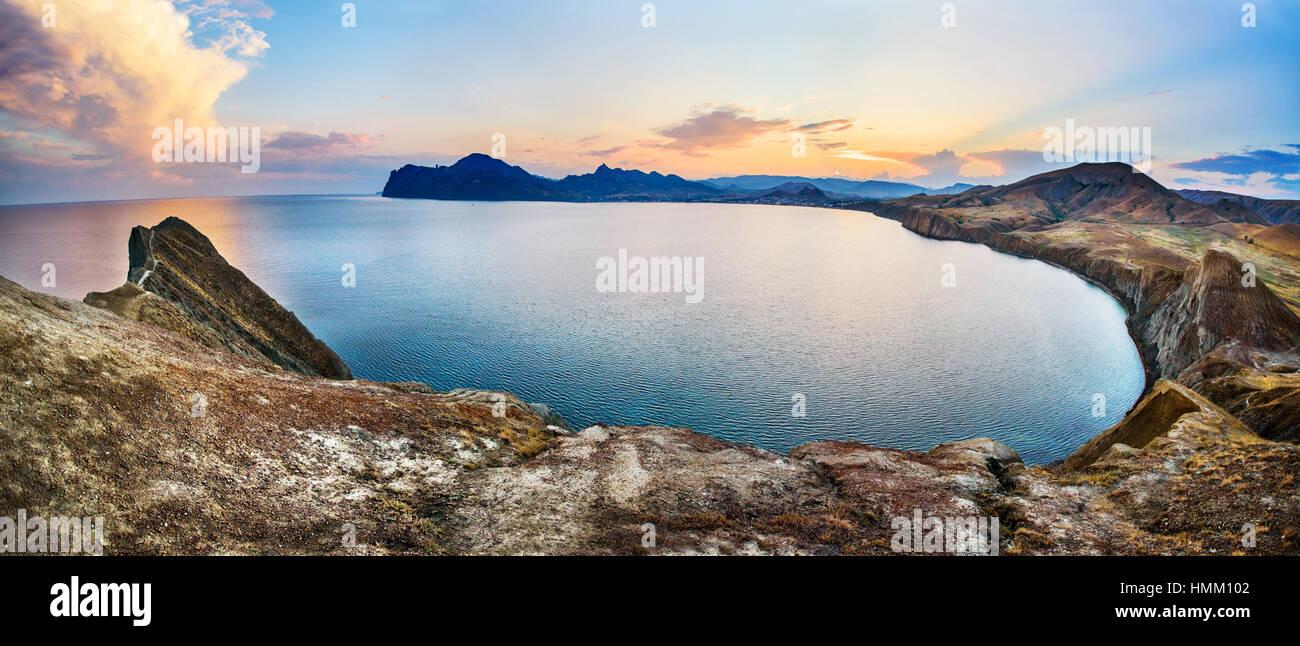 Las rocas y el mar. Escena dramática. Imagen De Stock