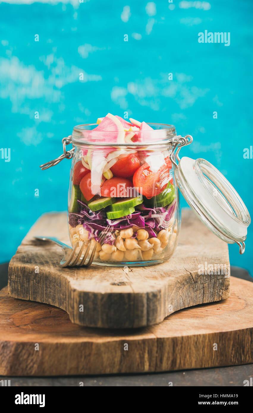 Verduras y garbanzos ensalada vegana germinadas en tarro, copie cpace Imagen De Stock