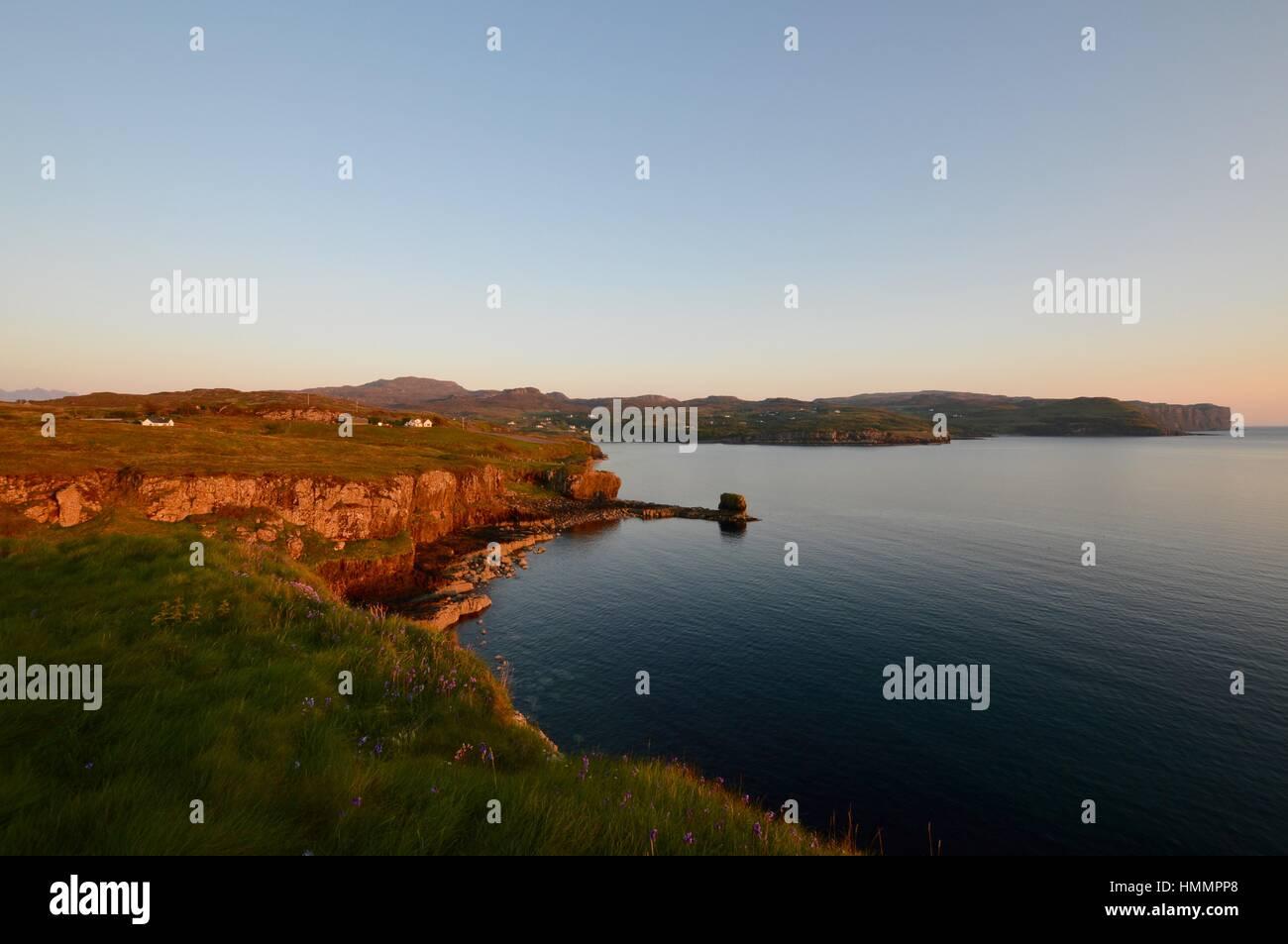 Desde Ardtreck Fiskavaig ocaso sobre el punto. Foto de stock