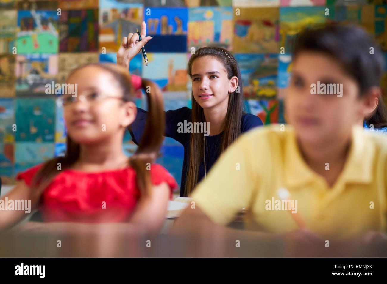 Los jóvenes y la educación. Grupo de estudiantes en clase en la escuela durante la lección. Chica Imagen De Stock