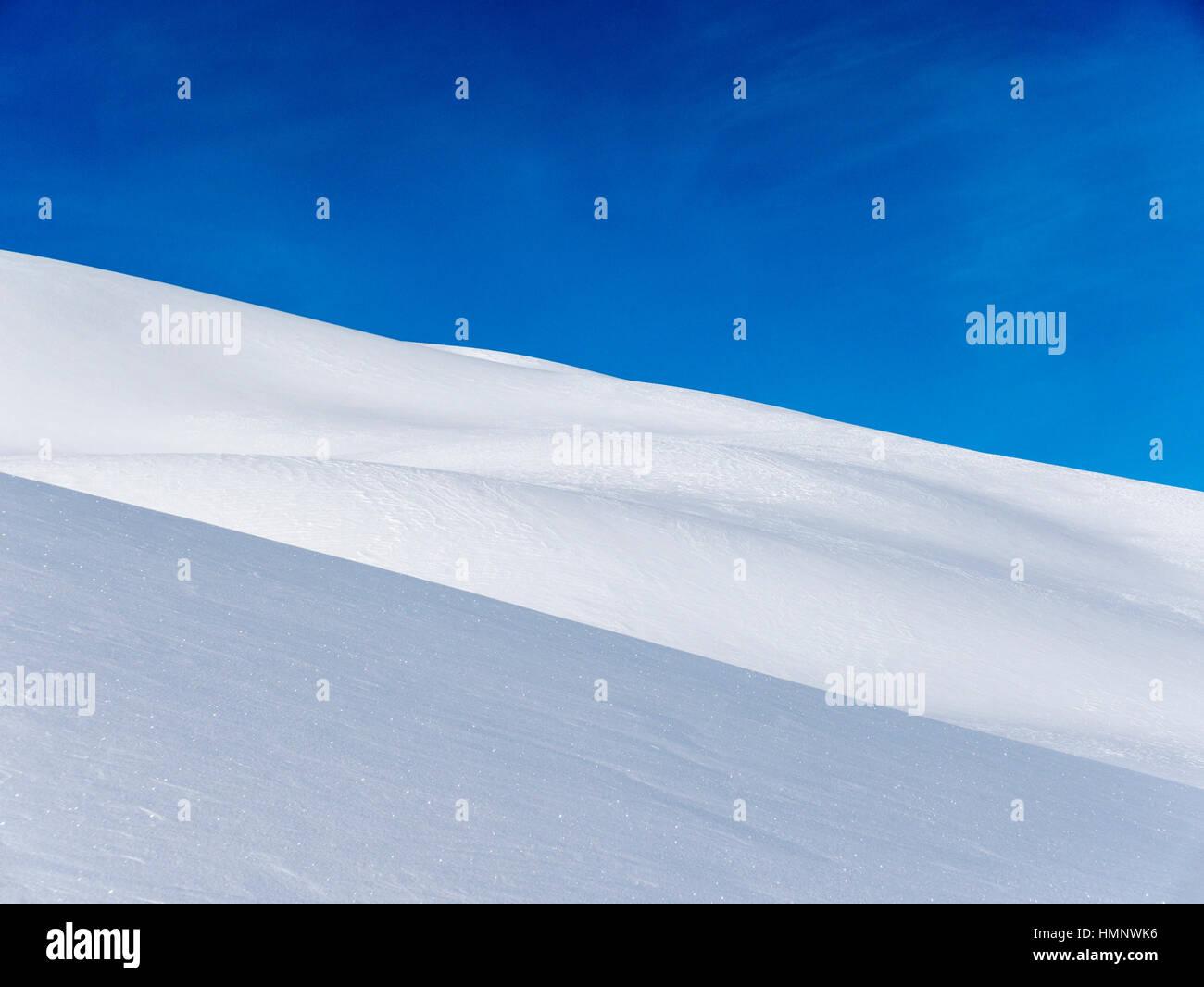 Detalle de cerca de patrones en nieve polvo fresco; Explanada Gama; Montañas Selkirk, British Columbia, Canada Foto de stock
