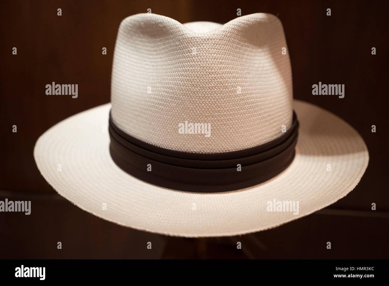 ae45d2f0f165a Los hombres sombrero panamá closeup detalles en Cuenca Ecuador Imagen De  Stock