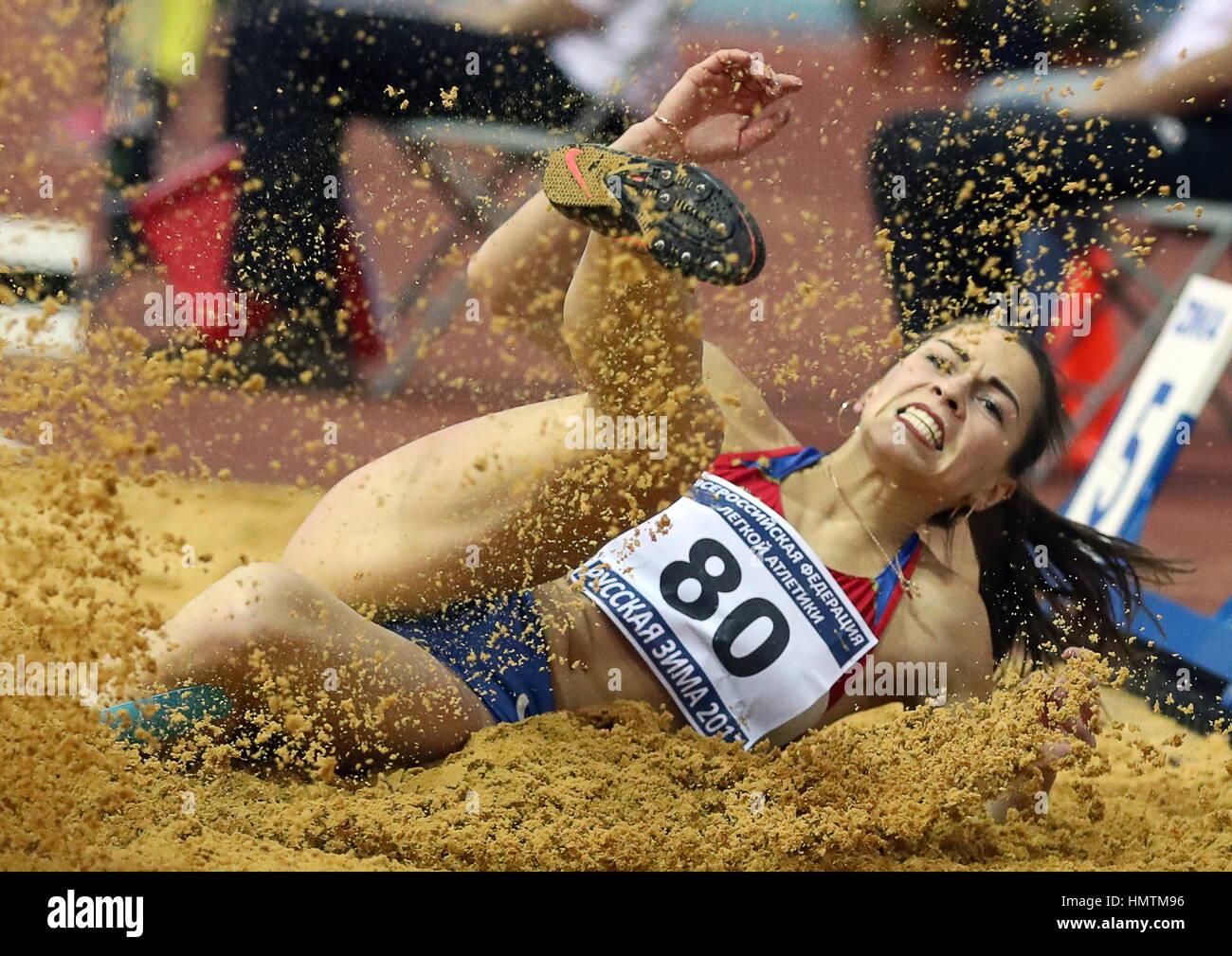 Moscú, Rusia. 5 Feb, 2017. Marina de Rusia Buchelnikova compite en el salto de longitud, en el caso de la Federación Internacional de Atletismo 26ª reunión de invierno en interiores en el CSKA Athletics Arena. Crédito: Stanislav Krasilninkov/TASS/Alamy Live News Foto de stock