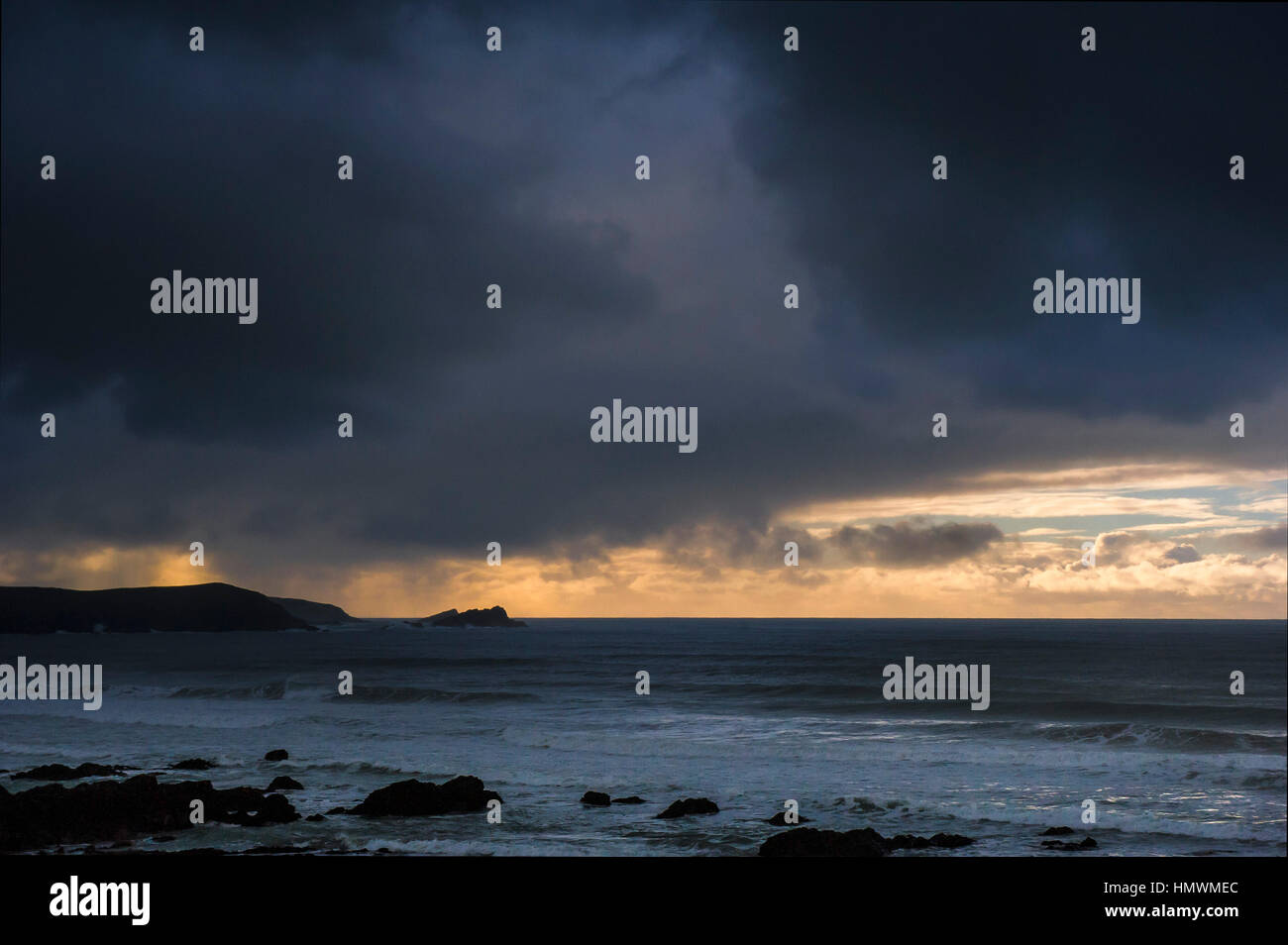 Oscuro, amenazando tormenta nubes pasan a lo largo de la costa de Newquay en la costa norte de Cornwall. El clima Imagen De Stock