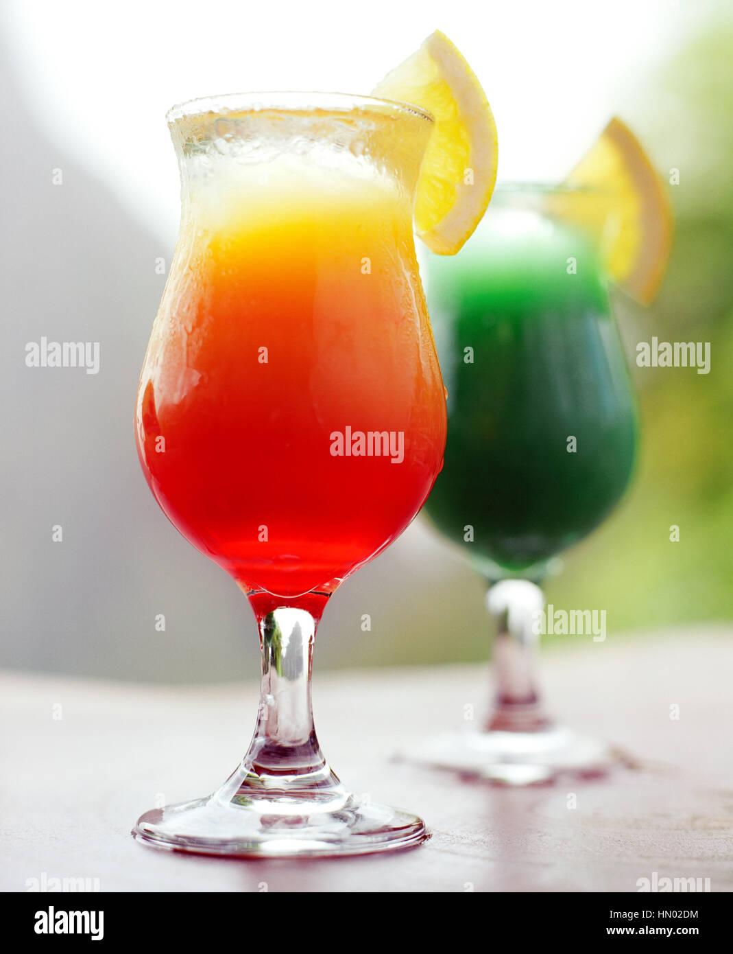 La montaña Petit Piton es el telón de fondo de las bebidas refrescantes en el Bar Tcholit en Ladera Resort. Imagen De Stock