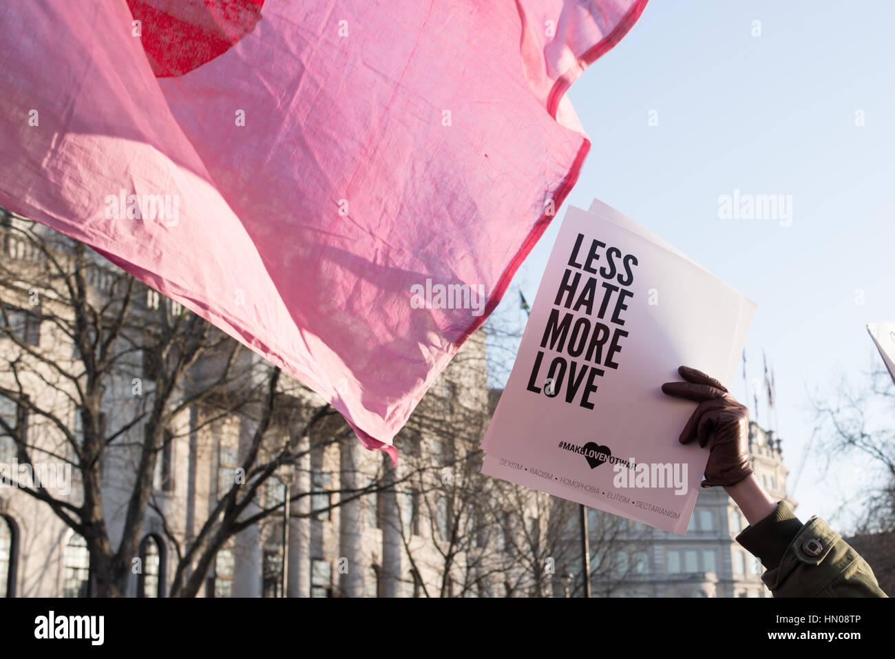 Londres, Reino Unido - 21 de enero de 2017. Mano sujetando letrero que diga menos odio más amor. Miles de personas Imagen De Stock