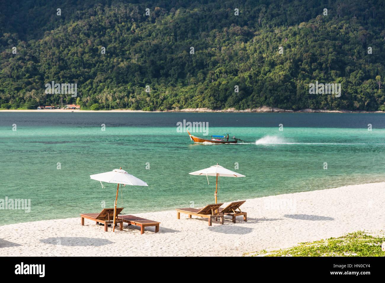 Idílica playa de arena blanca con sillas y sombrilla larga en Koh Lipe isla en el sur de Tailandia en el mar Imagen De Stock