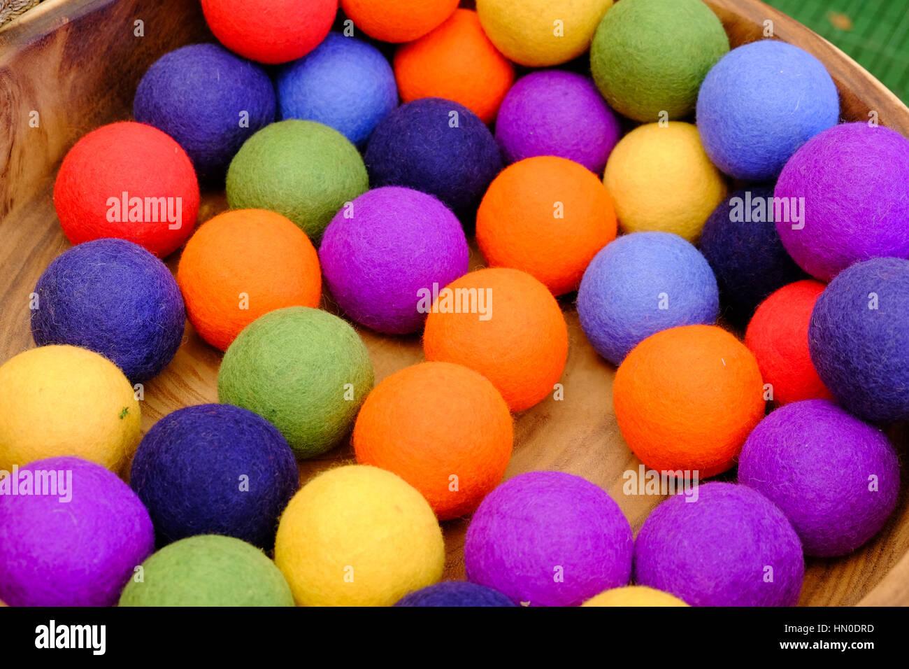 Las bolas de fieltro de colores brillantes para la venta en una bandeja  Imagen De Stock c5418f26d1676