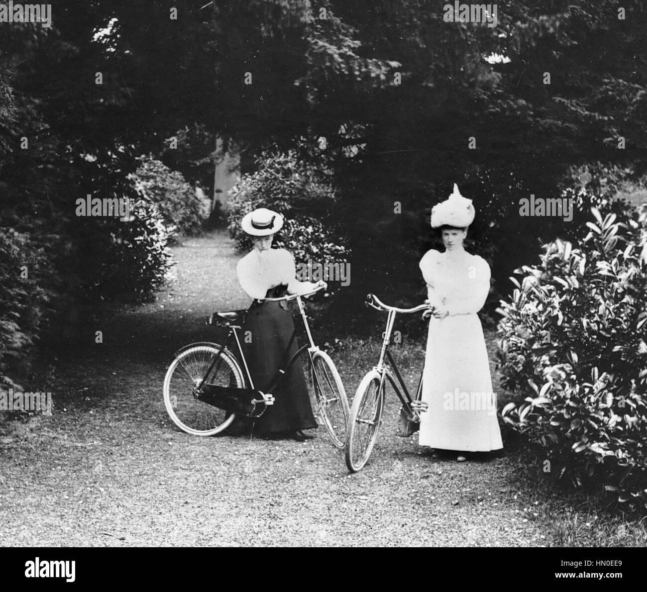 Señora ciclistas en Madeira 1898 Foto de stock