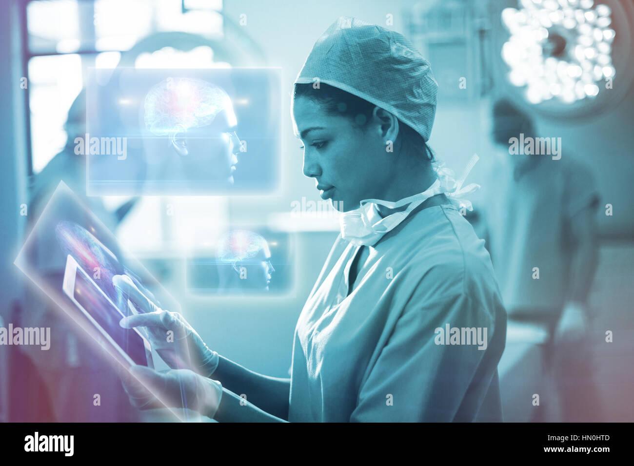 Diagrama del cerebro en cabeza humana contra las mujeres cirujano utilizando tablet digital en funcionamiento la Imagen De Stock