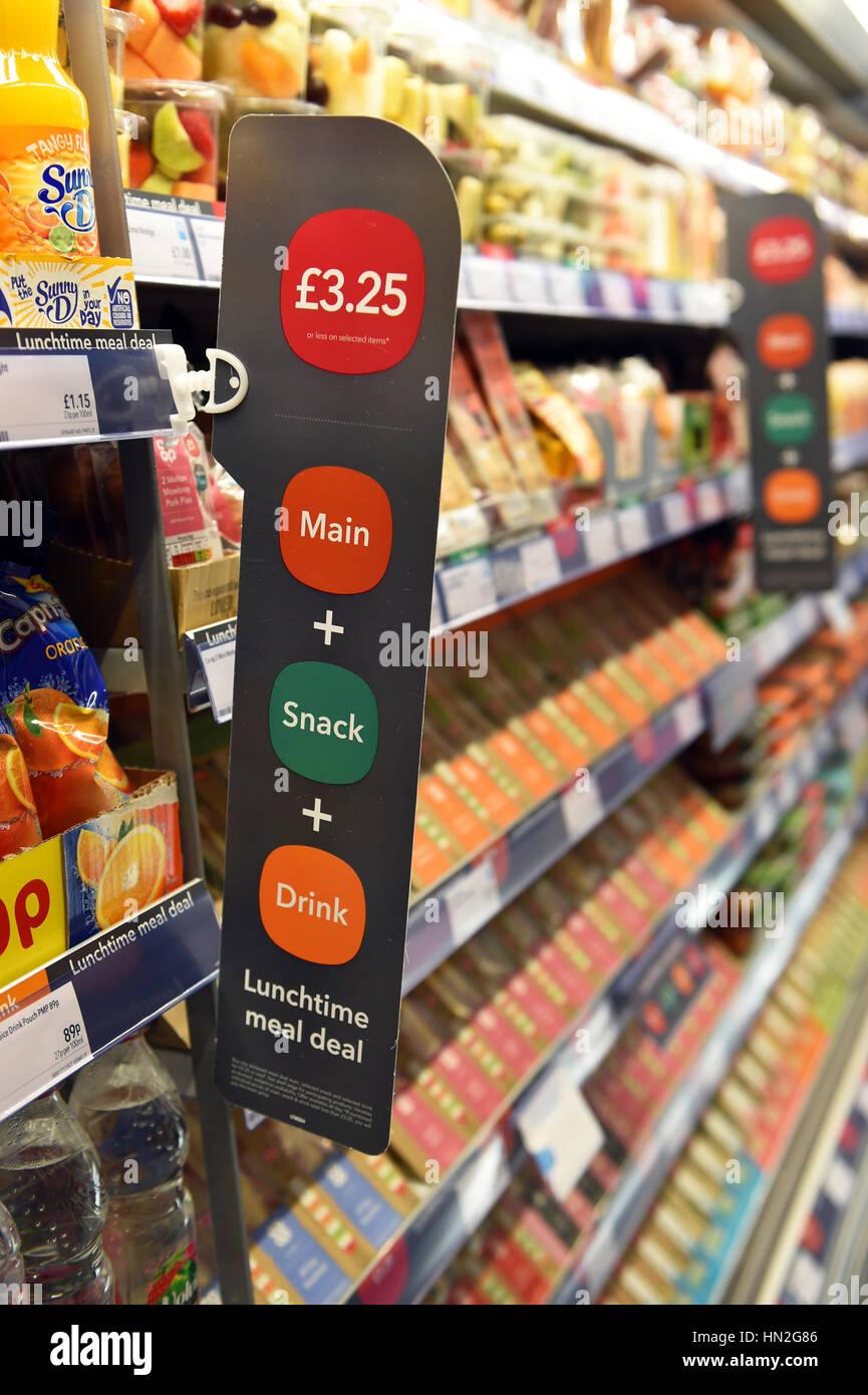Comida de mediodía se ocupan en un supermercado Imagen De Stock