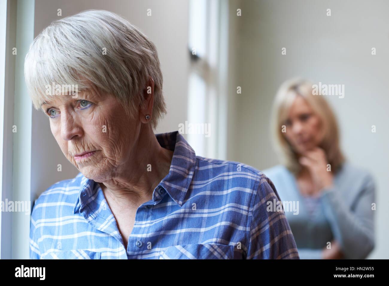 Senior seria Mujer Con hija adulta en el hogar Imagen De Stock