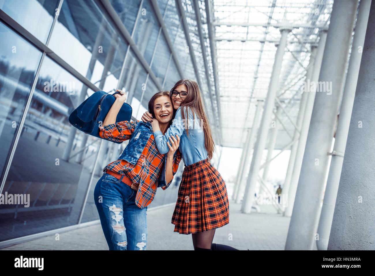 Chicas que se divierten y felices cuando se reunieron en el aeropuerto.Art proc Foto de stock