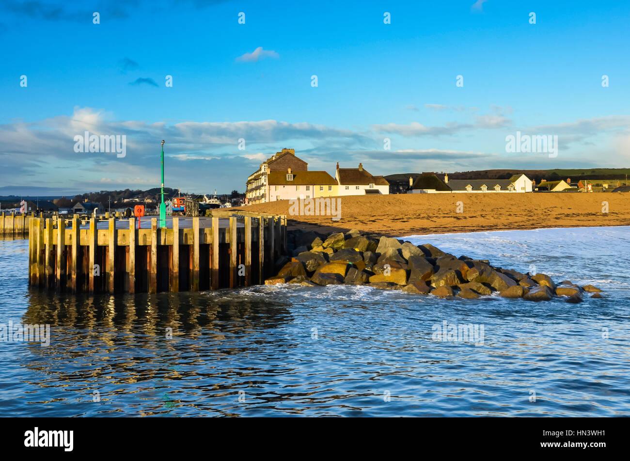 West Bay, Dorset, Reino Unido. El 7 de febrero de 2017. El clima del Reino Unido. Una vista desde el embarcadero Imagen De Stock