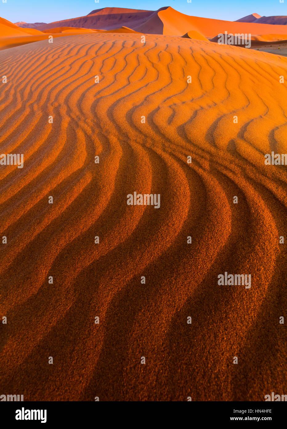 Sossusvlei es una sal y pan de arcilla roja rodeada de altas dunas, situado en la parte sur del desierto de Namib, Imagen De Stock