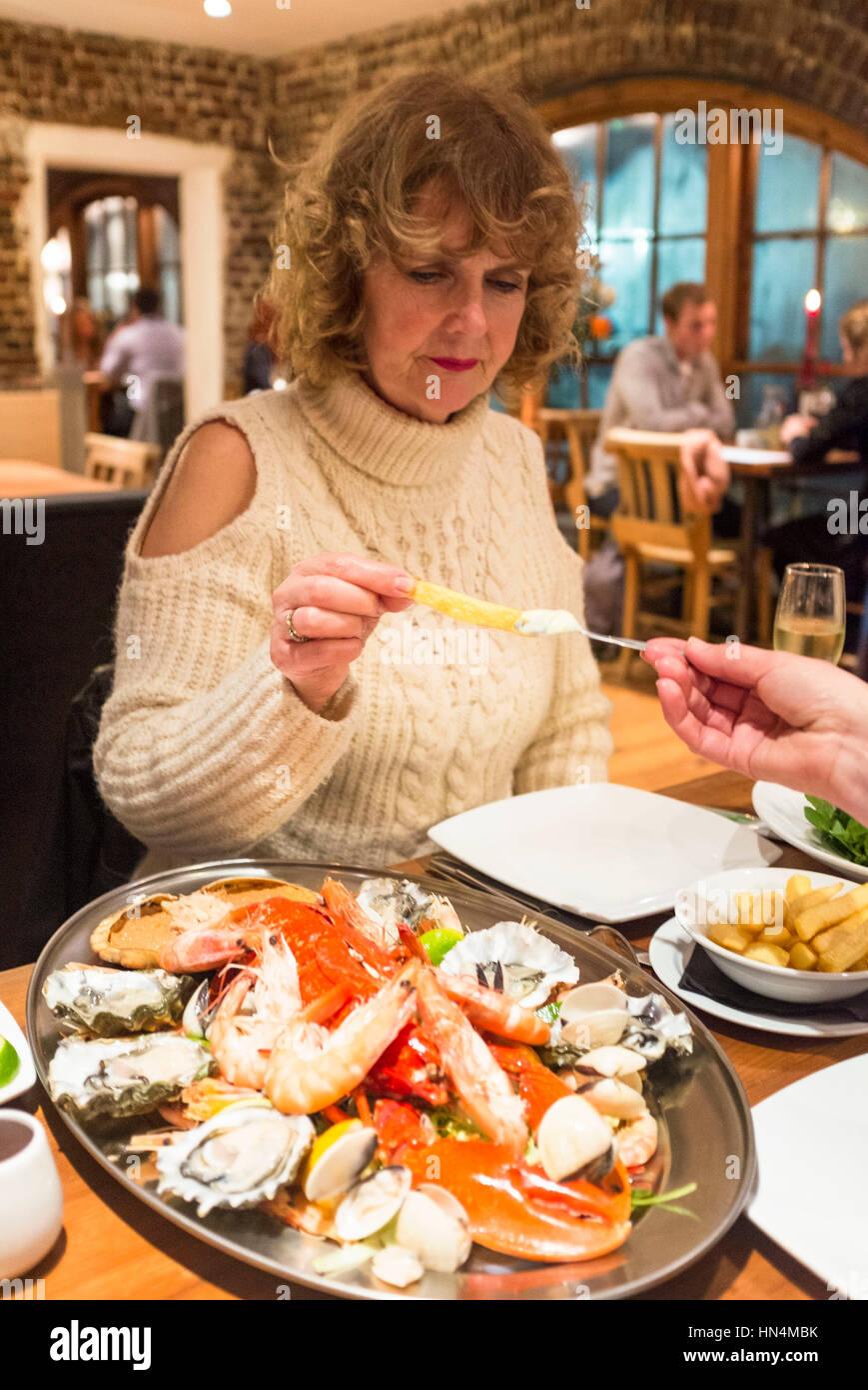 Mariscos plato de mariscos con langosta y cangrejo en El Cobre Clam restaurante en Brighton Seafront UK Foto de stock