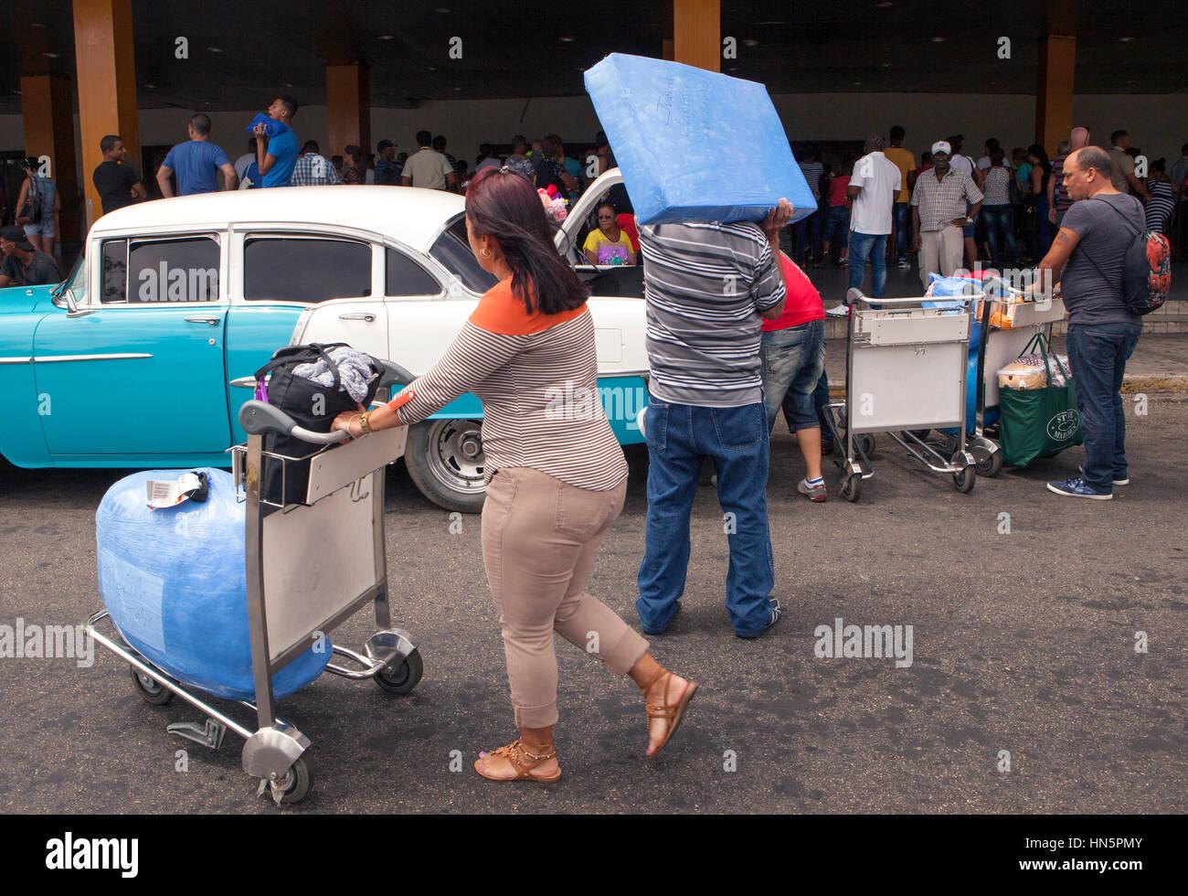 Un vuelo de American Airlines desde Miami con la mayoría de los cubano-americanos llegan al aeropuerto José Imagen De Stock
