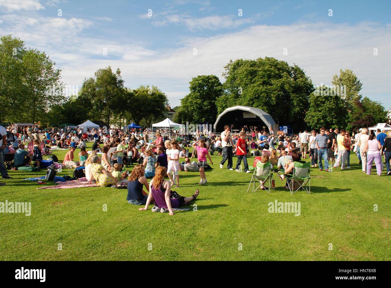 La audiencia sentarse en la hierba en el festival de música anual en Tenterden Tentertainment en Kent, Inglaterra Imagen De Stock