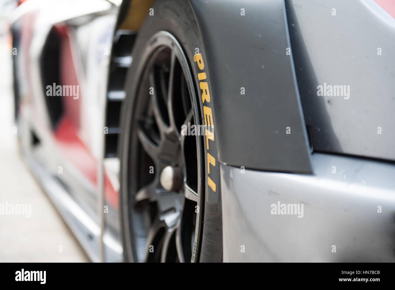 Vallelunga, Roma, Italia. El 10 de septiembre de 2016. Detalle de slick racing llanta en el deporte del motor coche con nombre de Pirelli Foto de stock