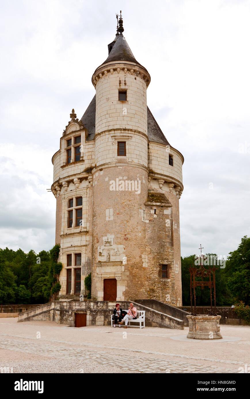 Chenonceau, Francia - Junio 5, 2010: El Marqués torre enfrente del agua castillo Chateau Chenonceau en el Valle Imagen De Stock