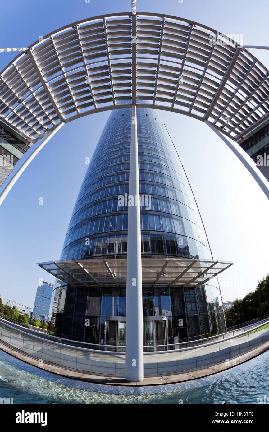 Essen, Alemania - 1 de septiembre de 2011: Vista de ojo de pez de RWE edificio sede. RWE AG es una Sociedad Alemana Foto de stock