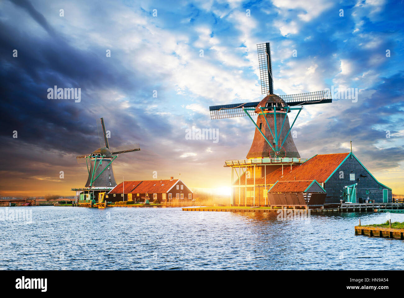 Las nubes cúmulos sobre atardecer en molinos holandeses en Rotterdam. Neth Imagen De Stock