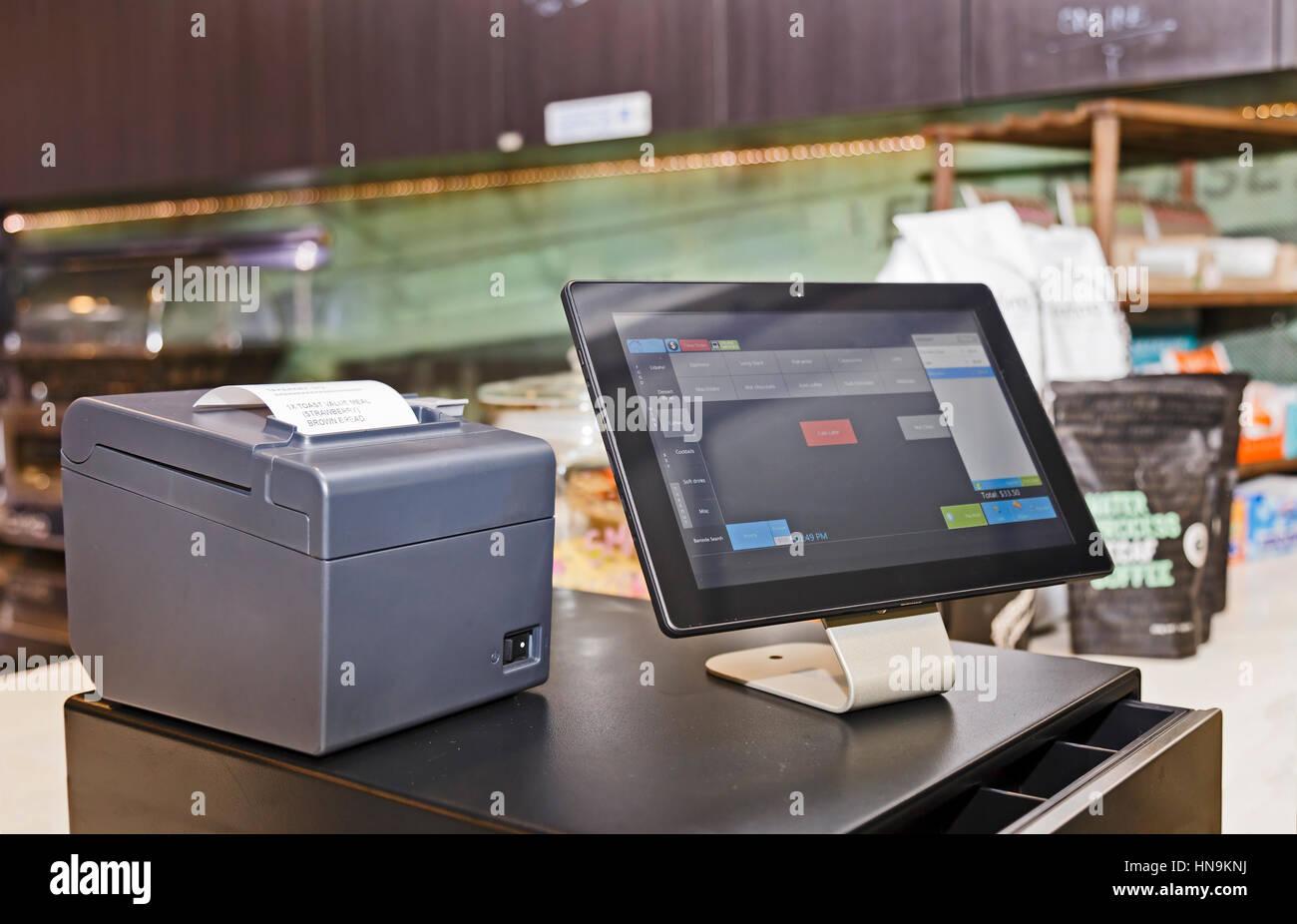 Punto de venta minorista en terminal informático servicio de cafetería. Pantalla táctil con interfaz Imagen De Stock