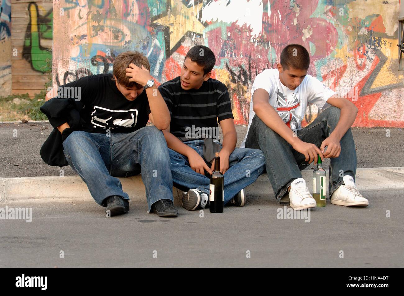Grupo de adolescentes con una botella de vino el crédito © Luigi Innamorati/Sintesi/Alamy Stock Photo Imagen De Stock
