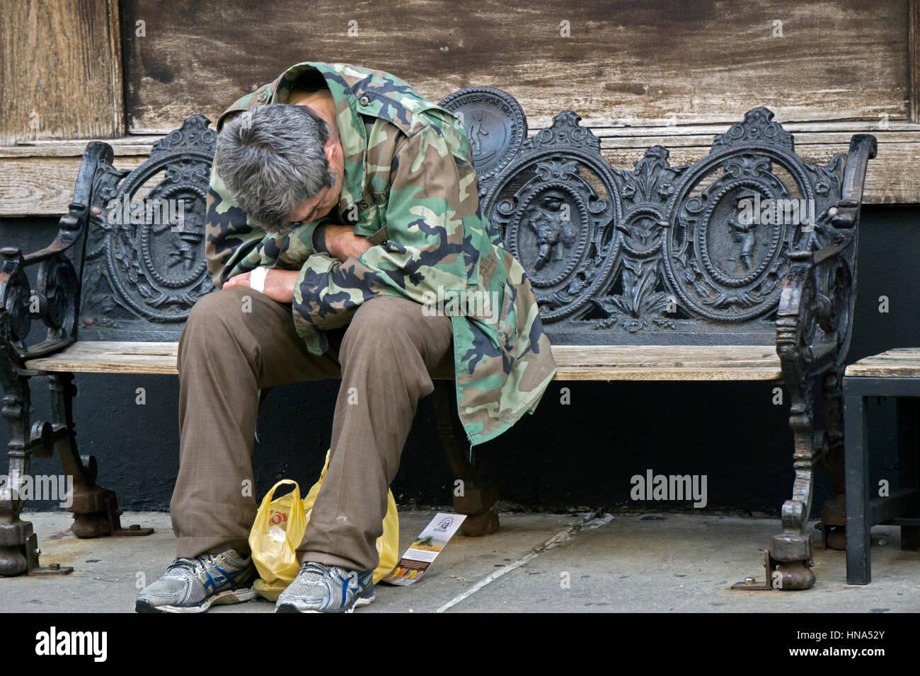 Un hombre de mediana edad anónimo - posiblemente un veterano - sentado con angustia el lenguaje corporal en Imagen De Stock