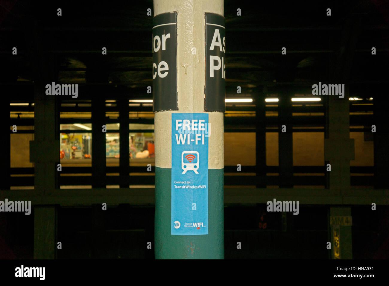 Un cartel en el metro de Nueva York plataforma publicitaria que wi fi gratuita servicios están disponibles. Imagen De Stock