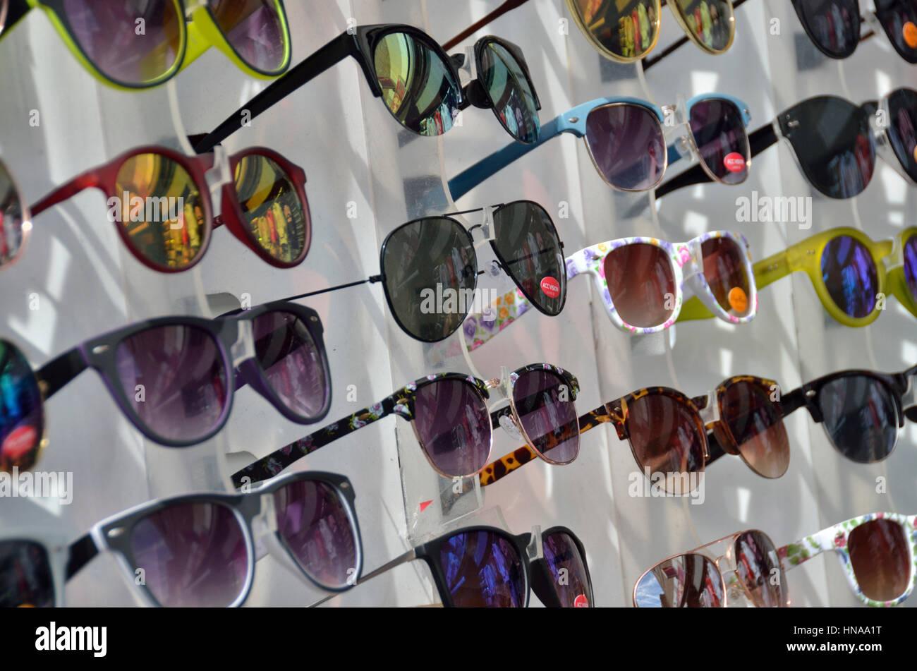357148b360 Muchas Gafas De Sol Imágenes De Stock & Muchas Gafas De Sol Fotos De ...