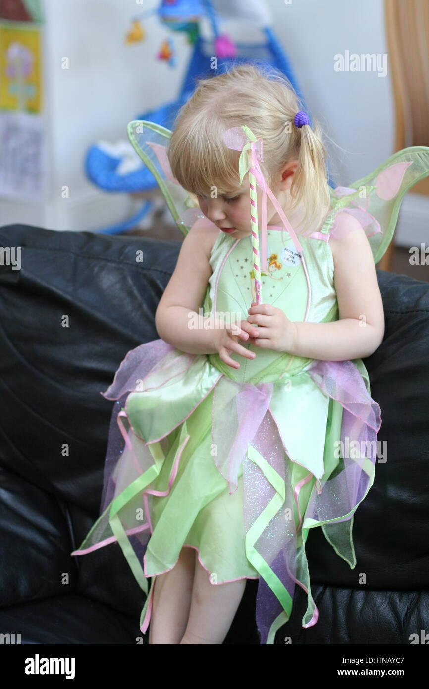 6a913cb84 Pequeña niña de 3 años de edad vestido con un traje de campanilla de Disney  para su fiesta de cumpleaños