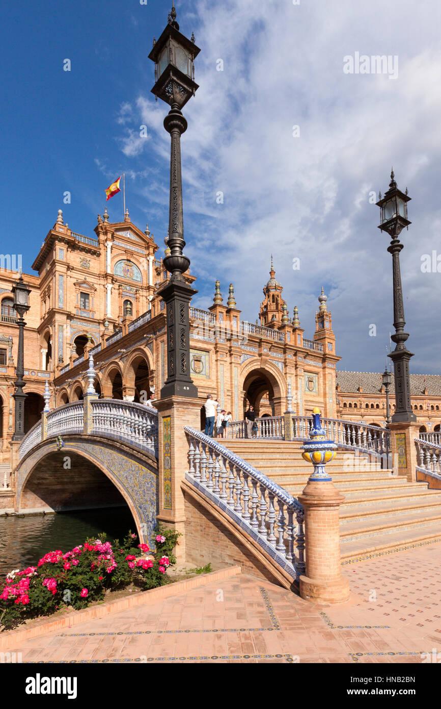 Sevilla, España - 30 de abril de 2016: Plaza de España, vista debajo de un puente que cruza el canal en Imagen De Stock