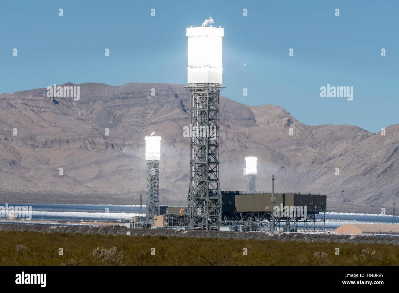 Ivanpah, California, USA - Noviembre 26, 2014: Enfocado espejos produciendo calor intenso brilla en el masivo 392 Imagen De Stock