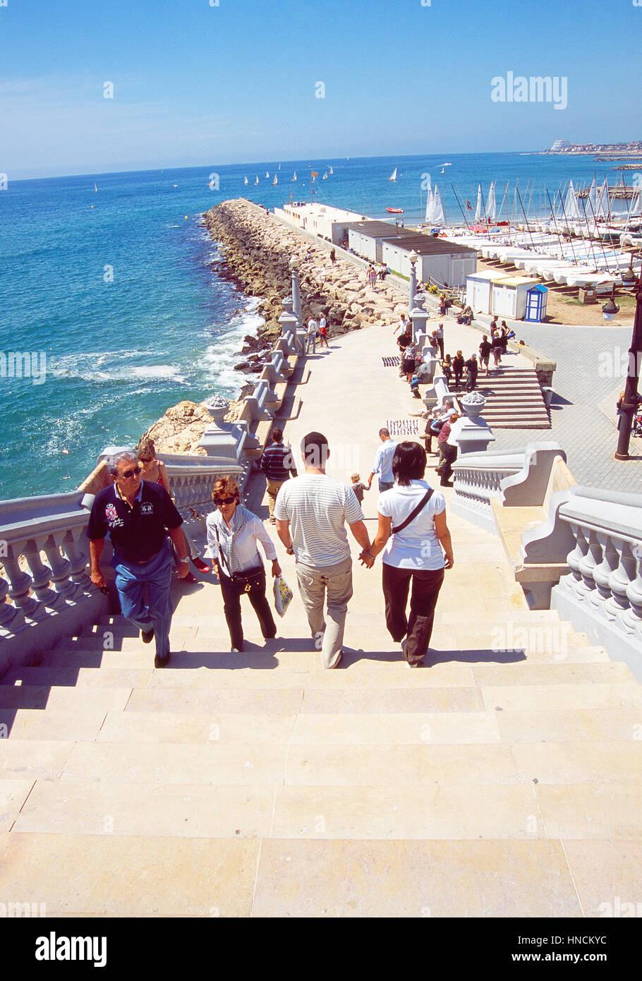 Escalera de acceso al paseo marítimo. Sitges, provincia de Barcelona, Cataluña, España. Foto de stock