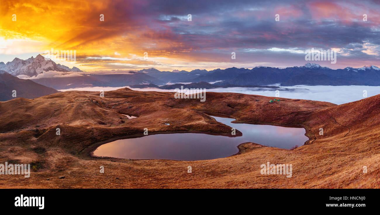 Puesta de sol sobre el lago de montaña Koruldi. Parte superior Svaneti, Georgia, Europa. Imagen De Stock