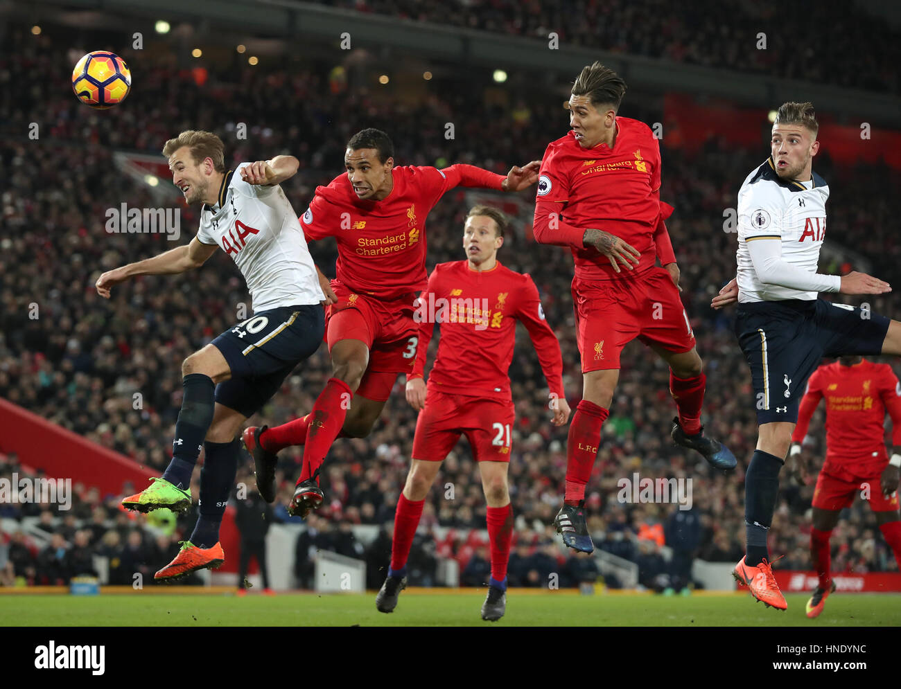 Tottenham Hotspur Harry Kane (izquierda) y Joel Matip Liverpool en la batalla por el balón durante el partido de Foto de stock