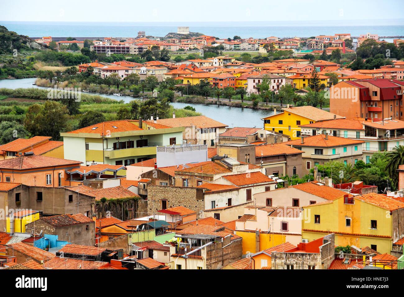 Ciudad Medieval de Bosa y temo river, Cerdeña, Italia Foto de stock