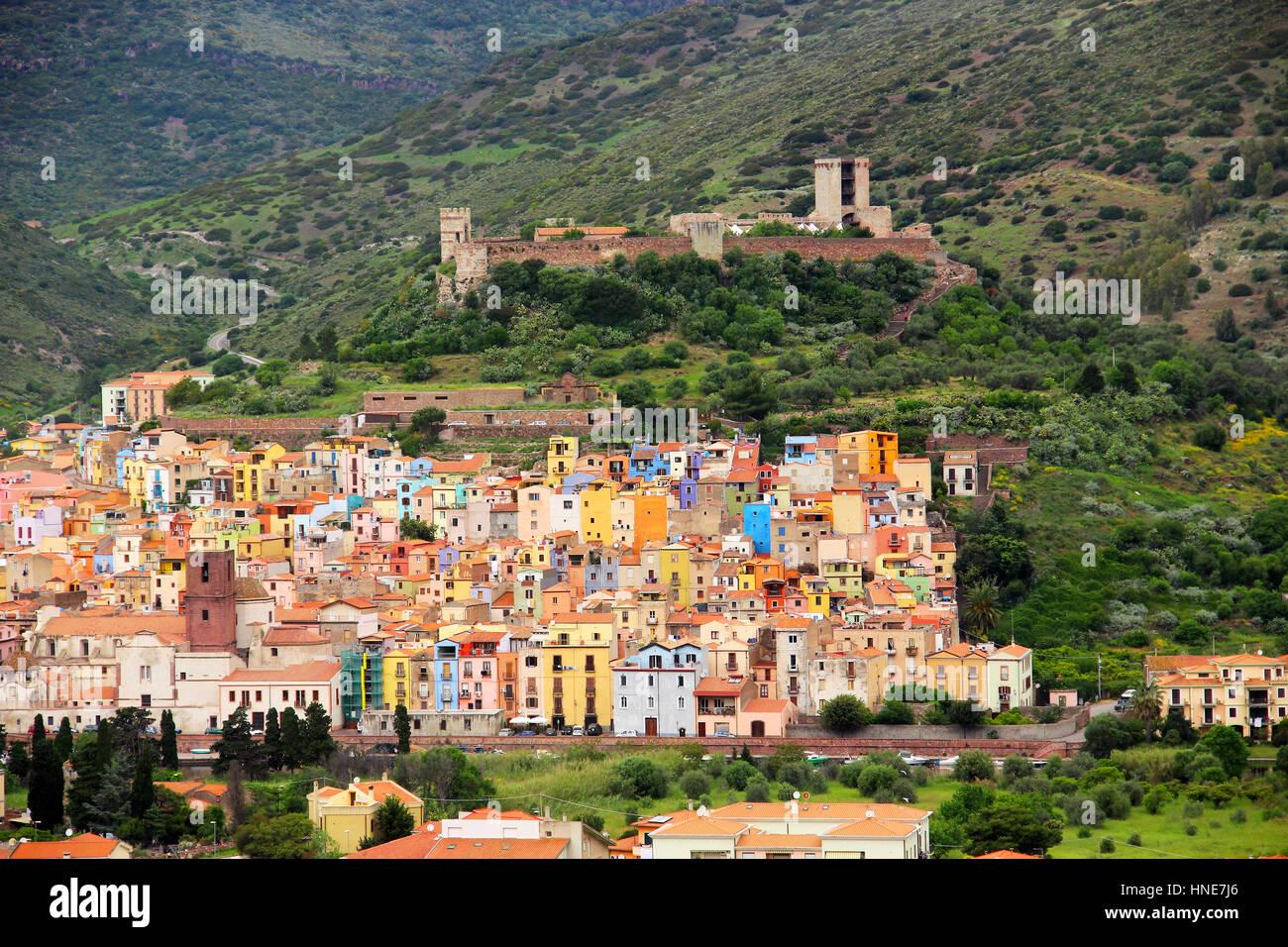 Bosa ciudad con coloridas casas y Serravalle del Castillo, provincia de Oristano (Cerdeña, Italia) Foto de stock