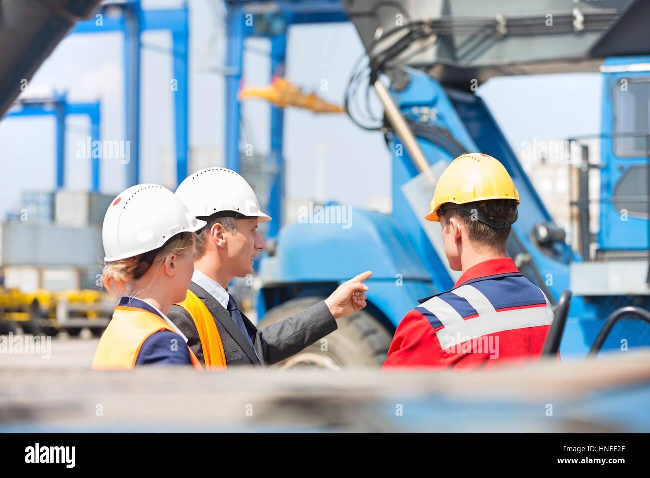 Los trabajadores discutiendo en shipping yard Imagen De Stock