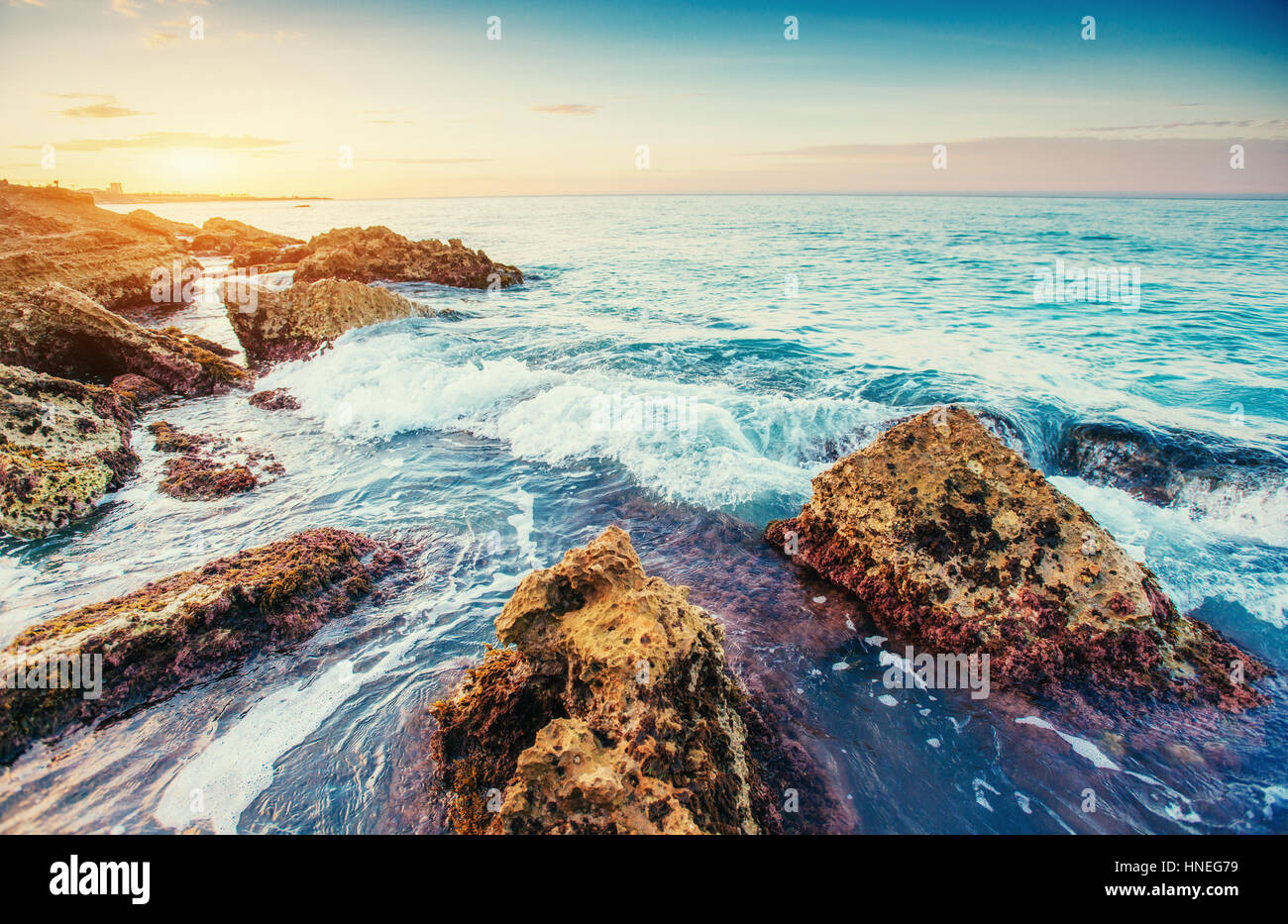 Pintoresca costa rocosa Cabo Milazzo. Sicilia, Italia Imagen De Stock