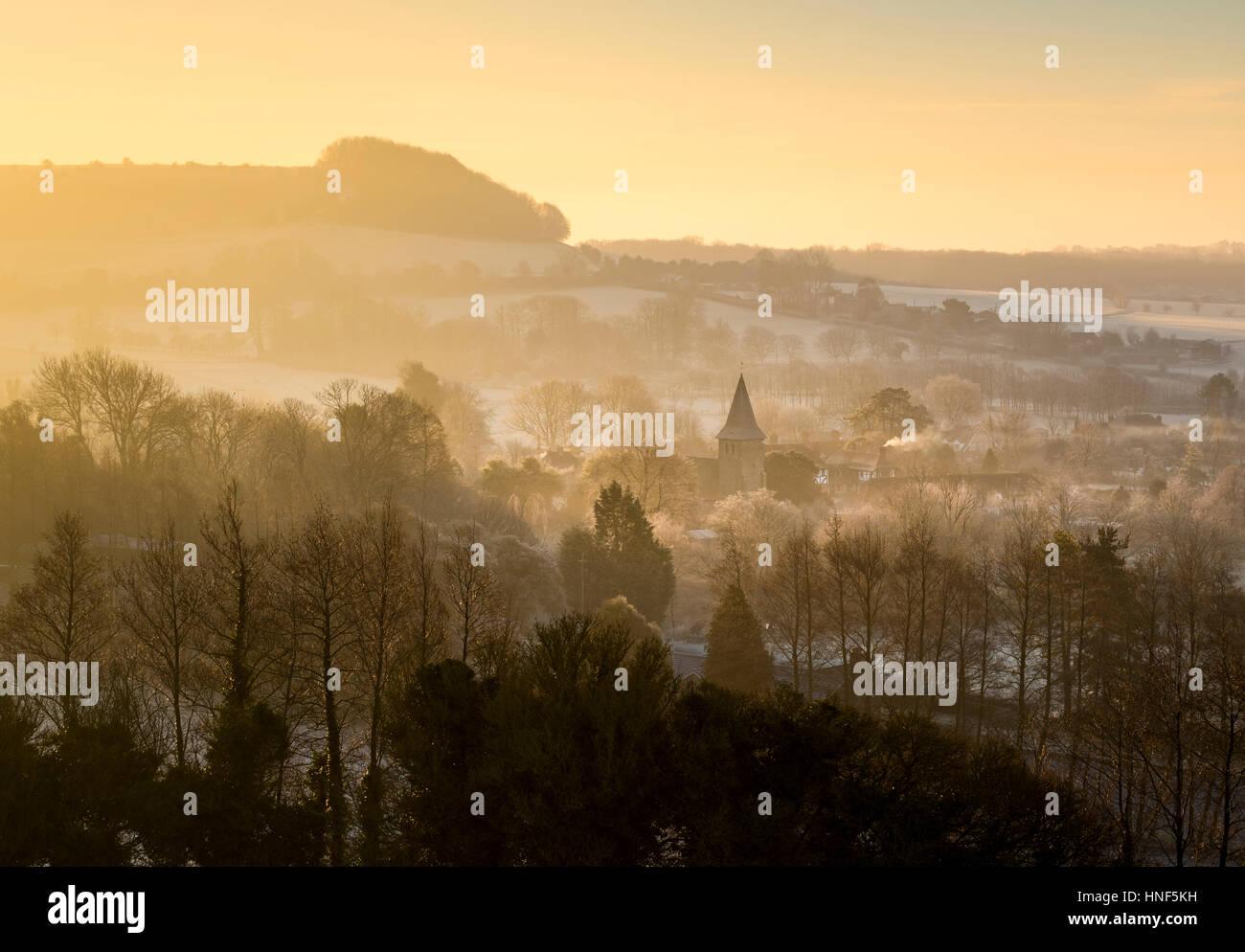 La aldea de Postling en Kent y North Downs en un amanecer de invierno. Foto de stock