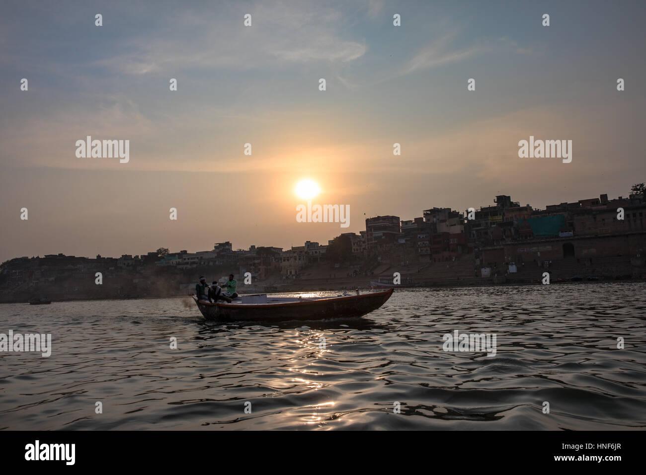 04/02/2017. Varanasi, India. Varanasi, una de las ciudades sagradas de la India, visto desde un barco en el río Imagen De Stock