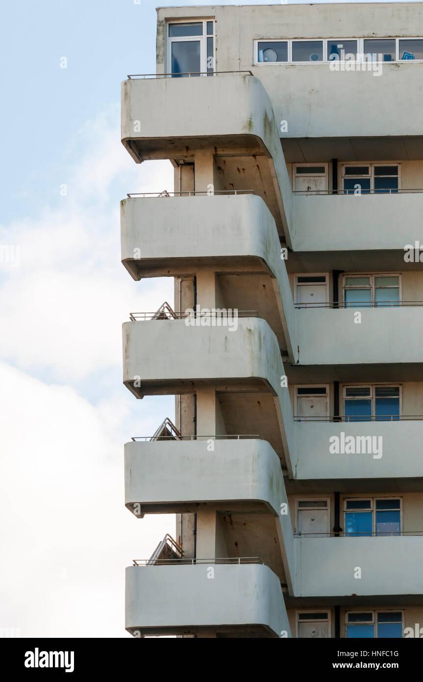Los apartamentos modernista Embajada Corte en King's Road en Brighton Seafront fueron diseñados por Wells Coates Foto de stock
