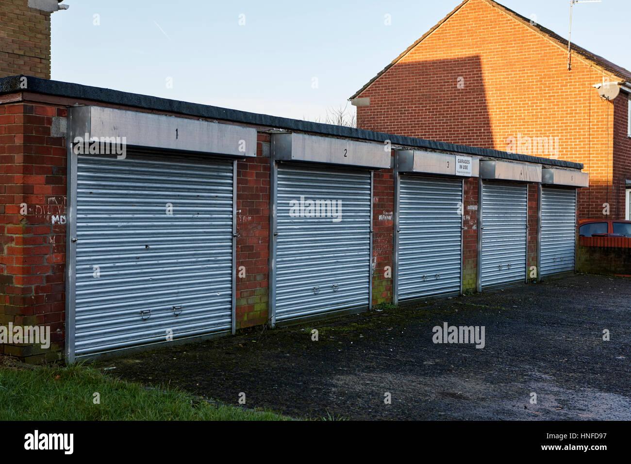 Fila de pequeños talleres en una urbanización de kirkby liverpool uk Imagen De Stock