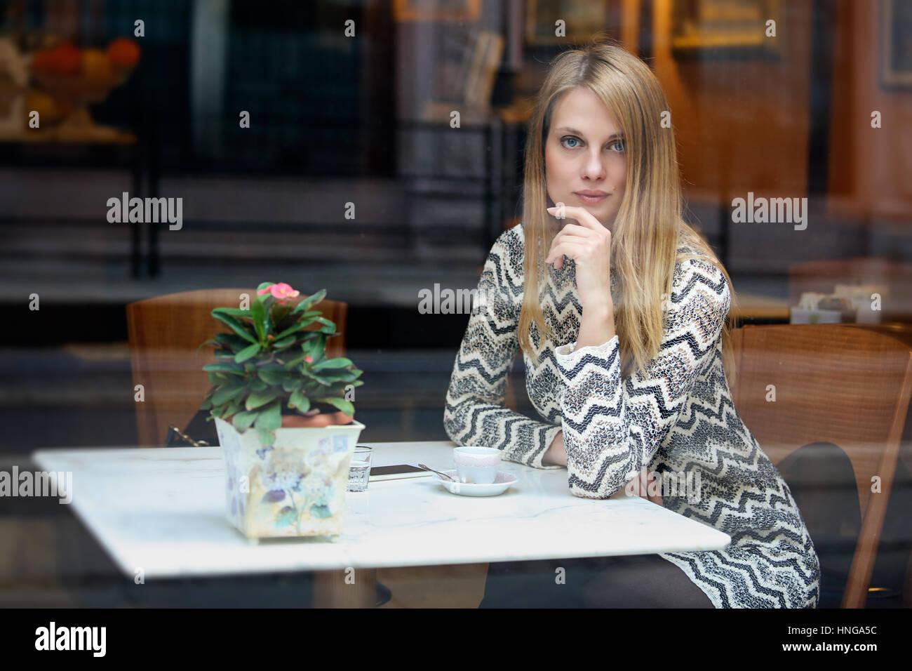 Hermosa mujer dentro de una cafetería. Estilo de vida urbano Imagen De Stock
