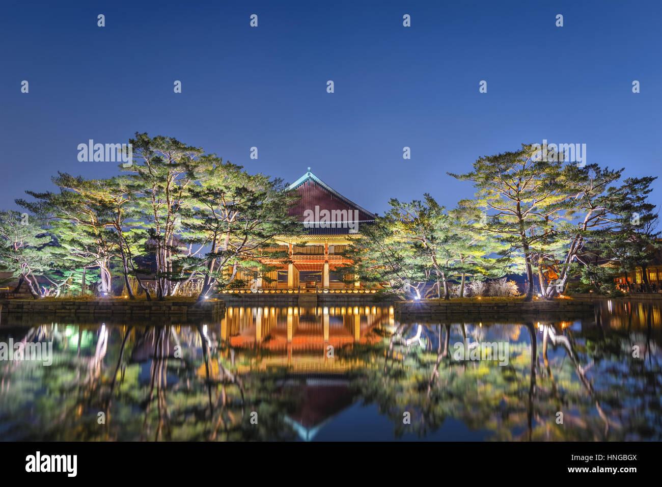 Pabellón Gyeonghoeru en el Palacio Gyeongbokgung de noche, Seúl, Corea del Sur Imagen De Stock
